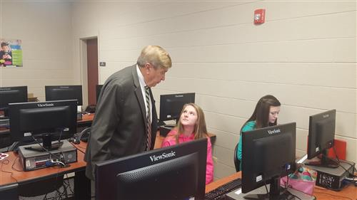 Chairman Pennell talks to William Lenoir Middle School students about virtual courses.